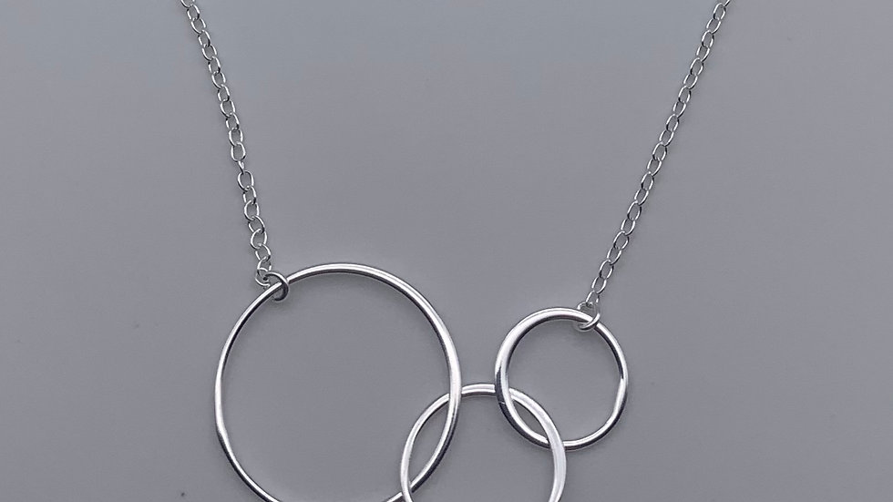 Silver graduated circle necklace