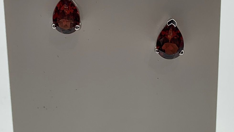 18ct white gold Garnet studs