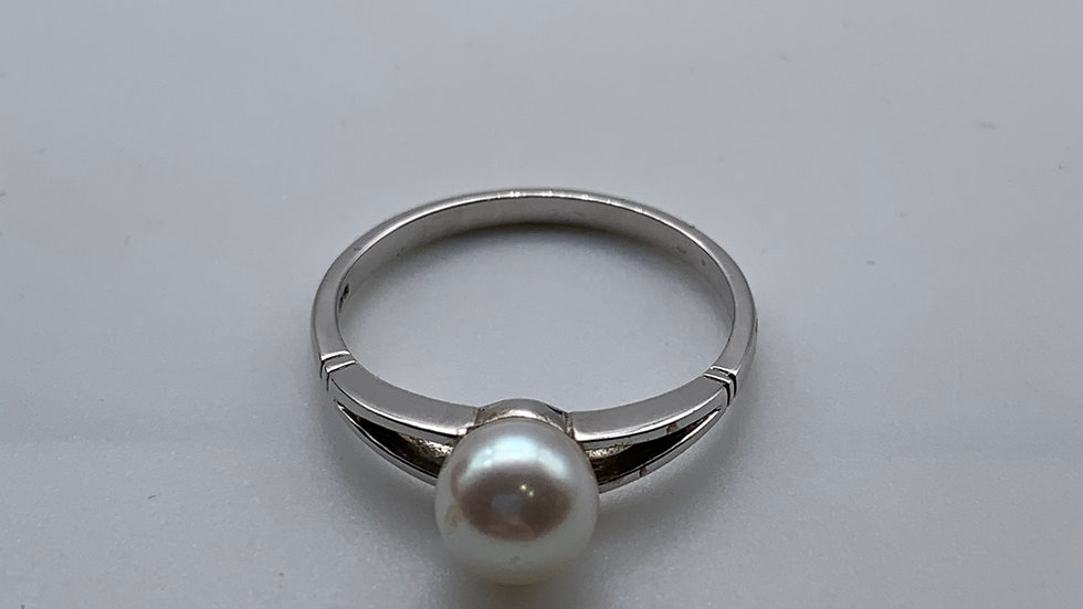 9ct white gold Cultured Pearl ring