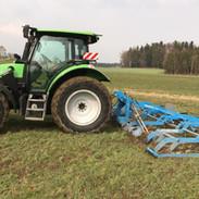 Deutz-Fahr Agrotron K mit Manadam Hybro Wiesenegge