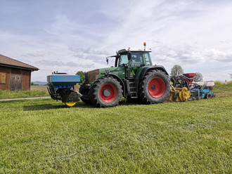 Fendt 930 mit Frontdüngertank Krummenacher und Streifenfräse Strebel SAG mit Monosem