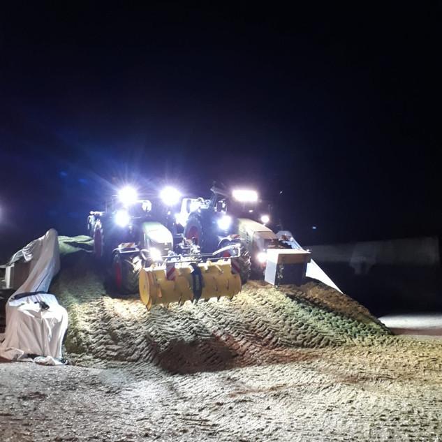 Nachtschicht beim Fahrsilowalzen