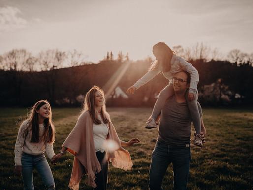 Familienbande / Authentische Fotomomente im wunderschönen Abendlicht