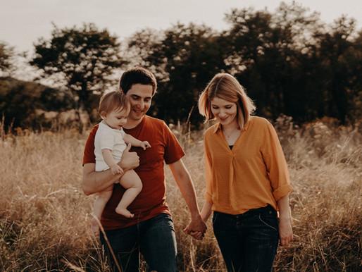 Vollkommenes Glück / Familienzeit im Sonnenblumenfeld