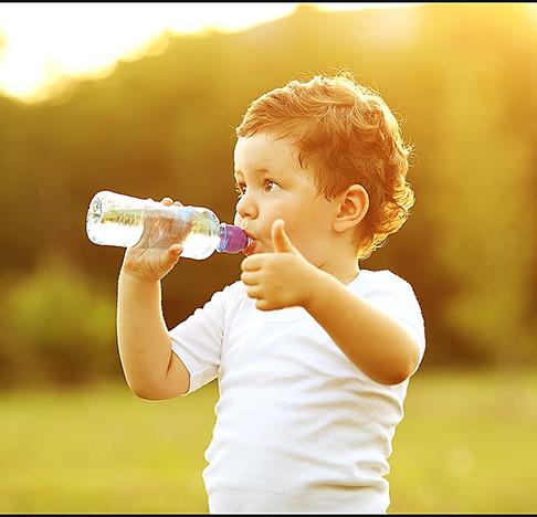 ¿Beber agua para hidratar cuerdas vocales?