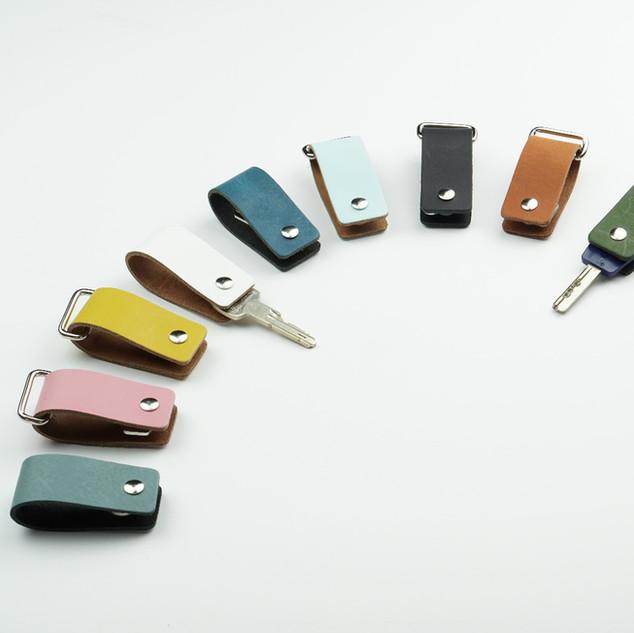 sleutelhangers leer gekleurd