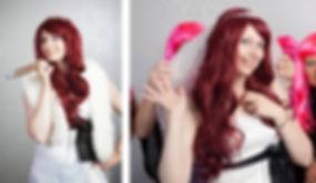 Die Braut in weiß mit Zigarre und Brautjungfern mit rosa Perücken beim JGA Fotoshooting