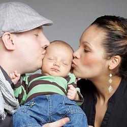 Vater und Mutter küssen ihr Baby