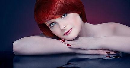 Portraitfoto einer jungen Frau mit roten Haaren