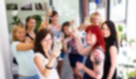 Junggesellinnen stoßen mit Prosecco beim JGA Fotoshooting dem Fotografen zu