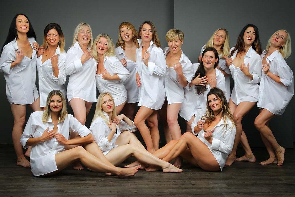Sexy Junggesellinen haben beim JGA-Fotoshooting im Studio nur weiße Hemden angezogen und poseiren sexy mit nackten Beinen wie die Supermodels von Peter Lindbergh