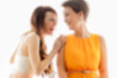 Zwei junge Frauen haben Spaß beim JGA-Fotoshooting bei Ihrem Junggesellinenabschied im Fotostudio Farbtonwerk in Berlin
