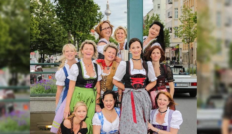 JGA Fotoshooting von Junggesellinnen zum Abschied im Dirndl vor dem Berliner Fernsehturm.