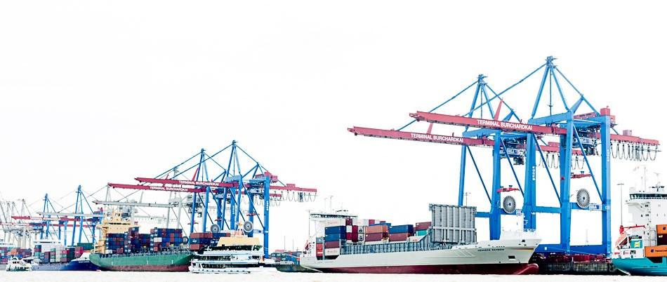 Containerbrücken und Schiffe im Hamburger Hafen