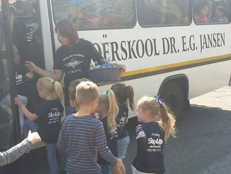 """""""Step-Up"""" kleuterskool ry met E.G. Jansen se GROOT bus."""