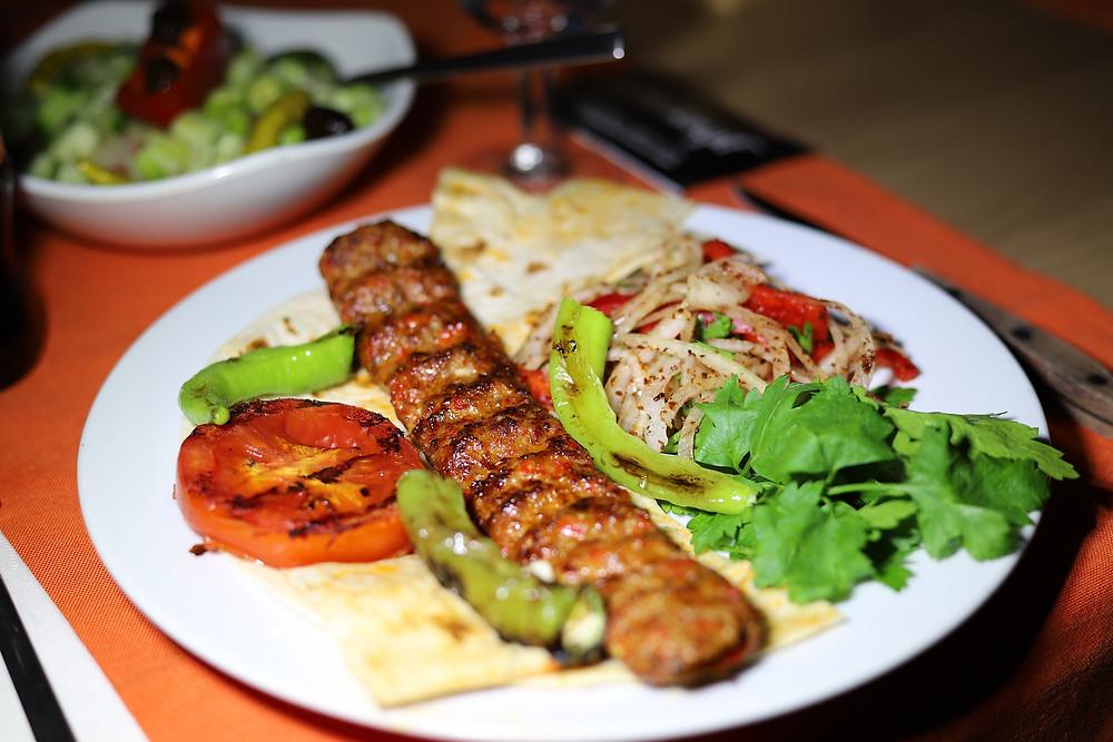 Plato con adana kebab