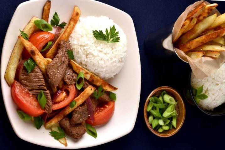 plato de lomo saltado con papas a la francesa y arroz