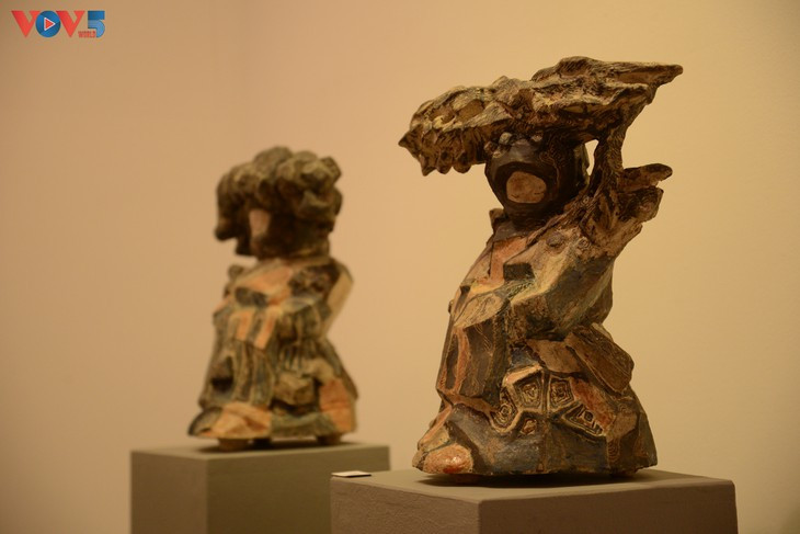 Tác phẩm Vùng Mờ Sương bằng gốm sa mốt của tác giả Lê Lạng Lương.