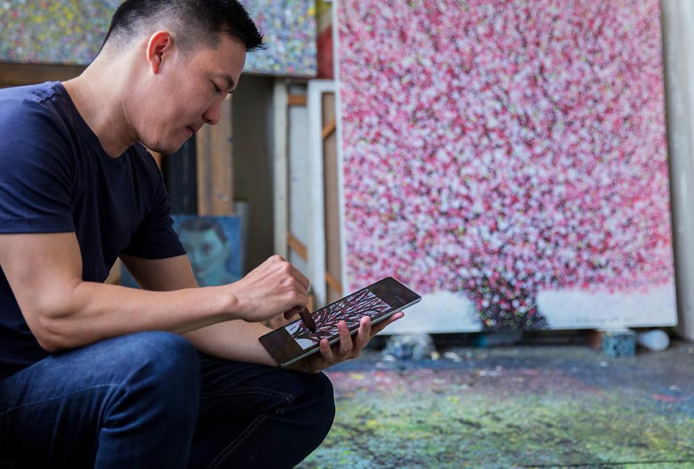 Liêu Nguyễn và tác phẩm của mình trên iPad