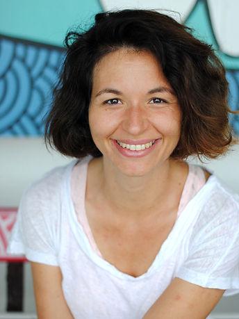 Stefanie Robert Aroztegui souriante comédienne professionnelle, chanteuse professionnelle, metteur en scène professionnelle