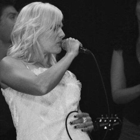 Elfy KA en concert qui danse en robe blanche