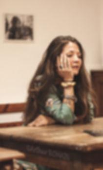 Marie gourgues assise bras croisés sur la table, cours de danse contemporaine