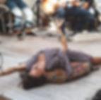 Marie, professeur du cours de danse contemporaine, danse allongée, le dos sur un large coussin