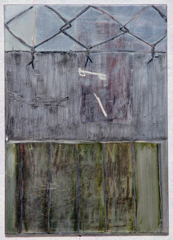 Stará zeď s drátěným plotem