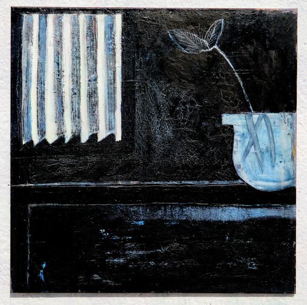 Černobílá váza s oknem