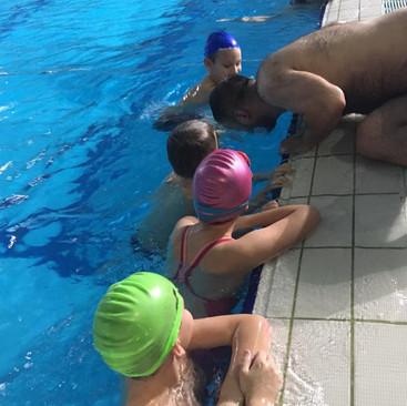 Kako naučiti osnovne korake u plivanju?