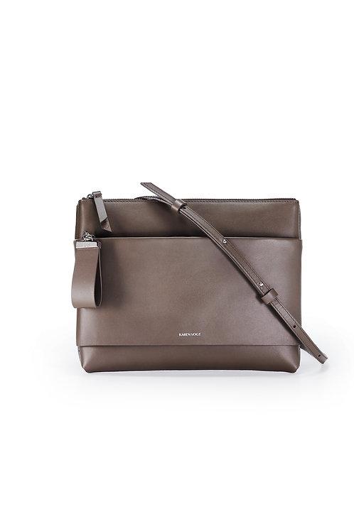 L'Espiègle - Un sac en bandoulière et pochette de soirée en cuir marron glacé