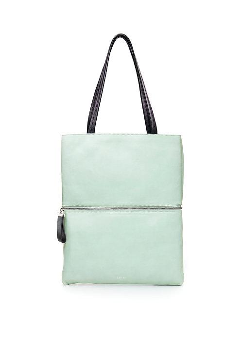 L'Impeccable - Un tote bag et un sac baguette en cuir céladon légèrement grainé