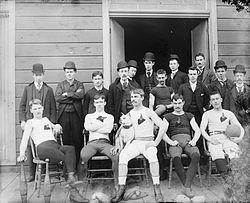Time de futebol americano dos primeiros anos do século XX (via Wikipédia)