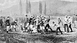 Partida de futebol americano disputada entre Harvard e McGill em 1874 (via Wikipédia)