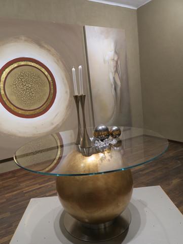 Tisch GOLDSCHATZ und das LEHMrelief EINHEIT im Atelier