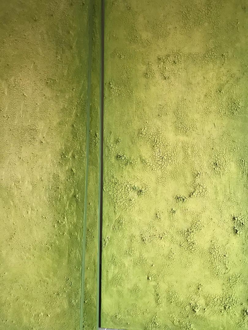 Detail der Lehmplatten mit Grüner Erde Patina