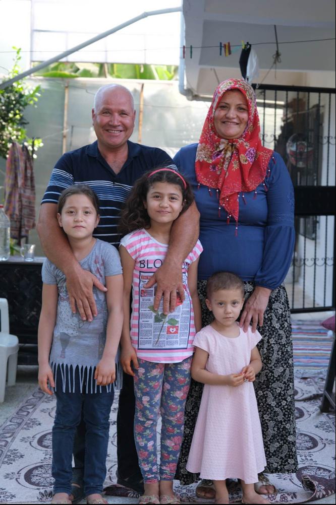Selim ve Zeynep, kızlarıyla birlikte.