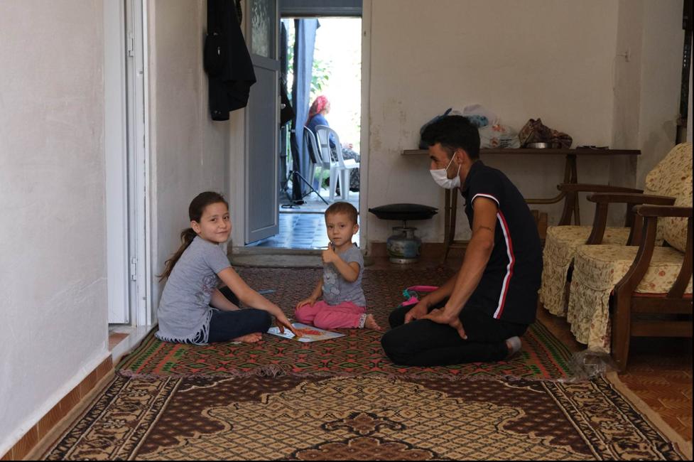 Anneleri deneye katılırken, araştırma ekibimizden Mustafa kızlarla oyun oynuyor.