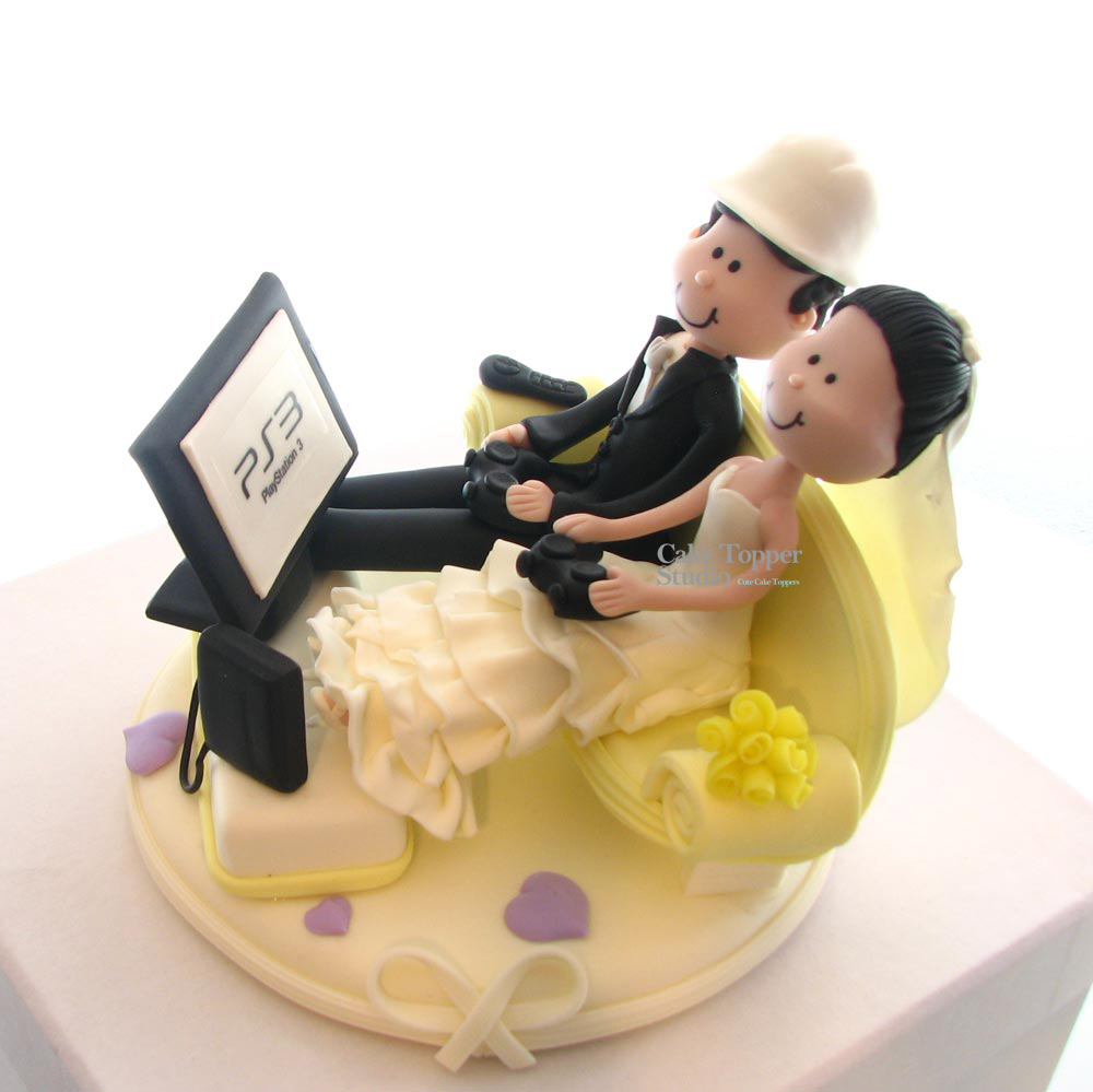 cake-topper-wedding-funny-playing-game-1