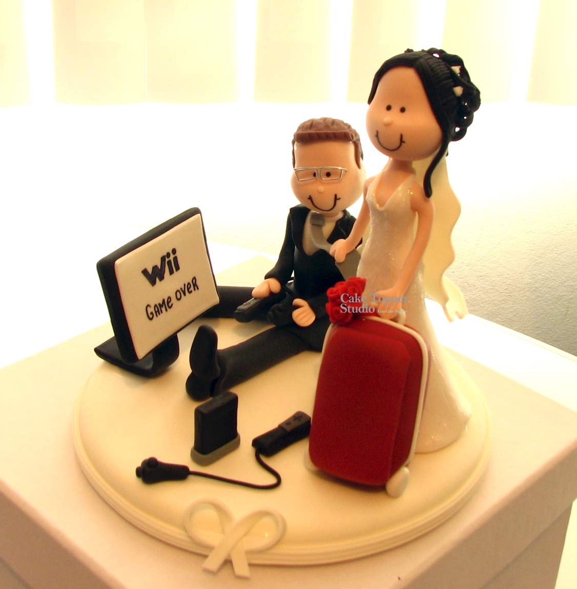 wedding-cake-topper-funny-playing-game-2