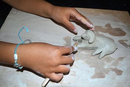 Nadia Siegler art thérapeute faisant du modelage avec un enfant