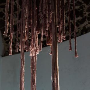 installazione, filati tinti con vino carignano