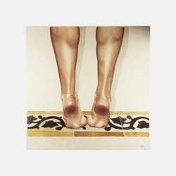 piedi sulle mattonelle