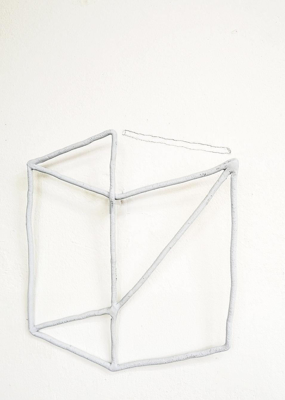 cubo con graffitto sul muro.jpg