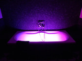 Badewanne mit Lichtinstallation