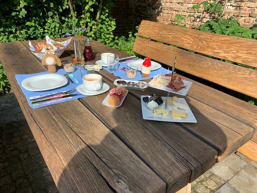Frühstück auch im Garten möglich