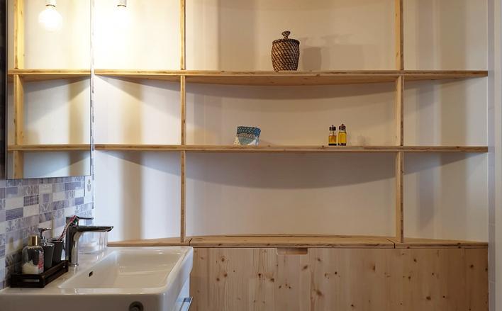 Un mur peu conventionnel côté salle de bain