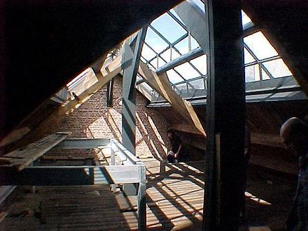 werken op de zolder om een lift te kunnen plaatsen