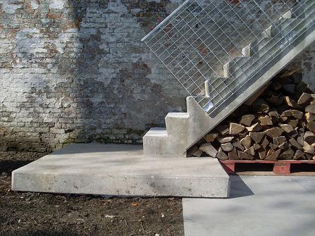 betonnen buitentrap naar eerste verdieping