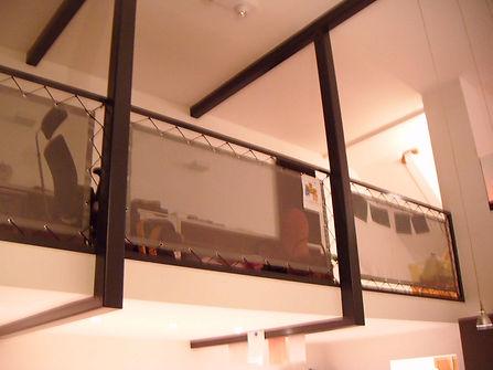 gespannen meshdoek als afscheiding aan de balustrade